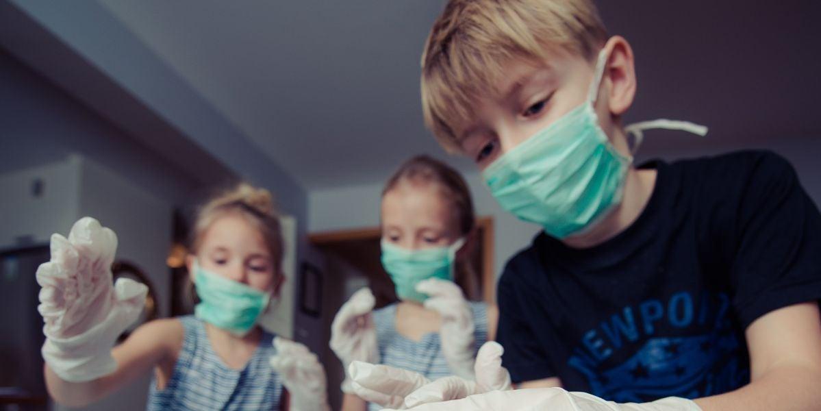 Niñas y niños jugando a médicos