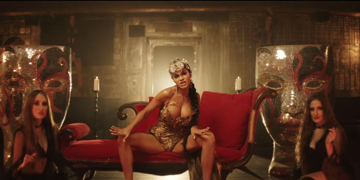 Natti Natasha en su videoclip 'Pa' Mala Yo'