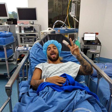Maluma en la camilla del hospital tras su intervención quirúrgica