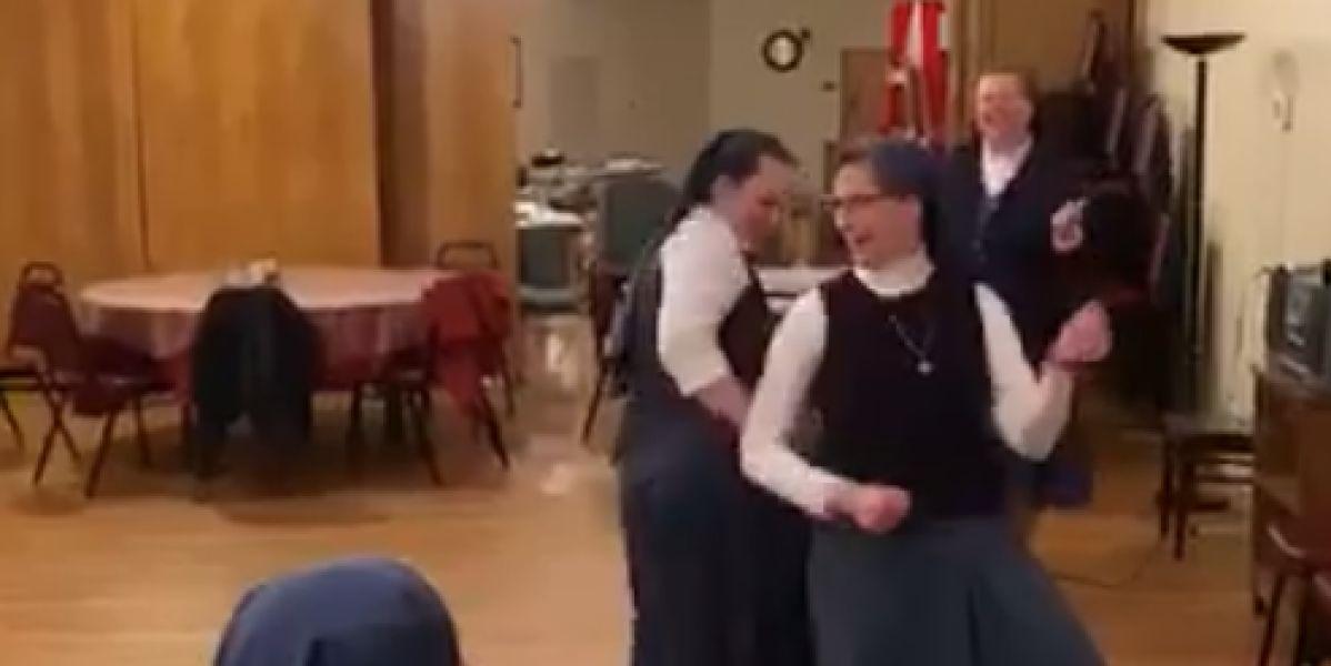 Unas monjas bailando al ritmo de Queen