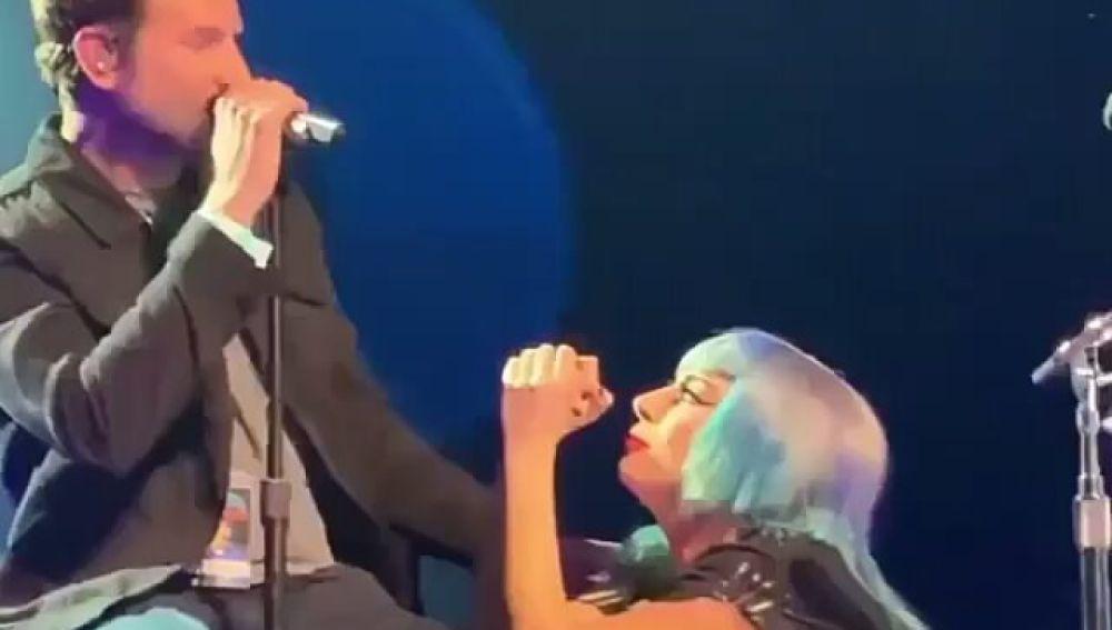Bradley Cooper y Lady Gaga cantan 'Shallow' en Las Vegas