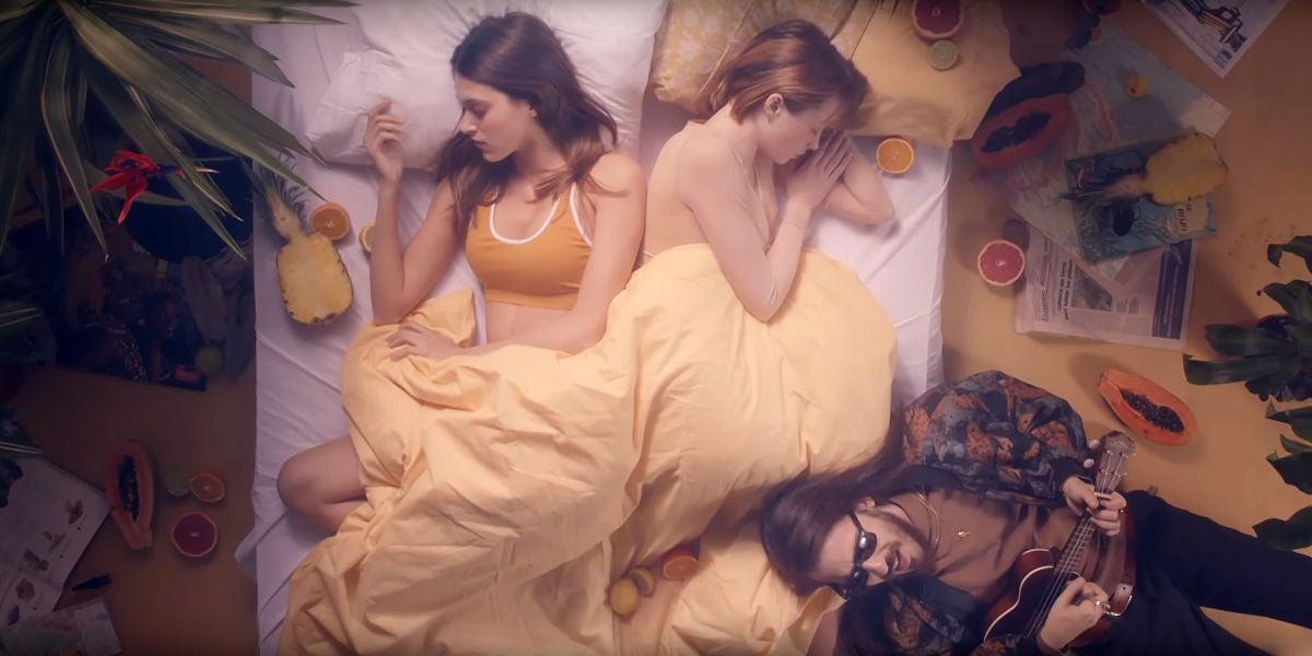 Carlos Sadness en el videoclip de 'Isla Morenita'