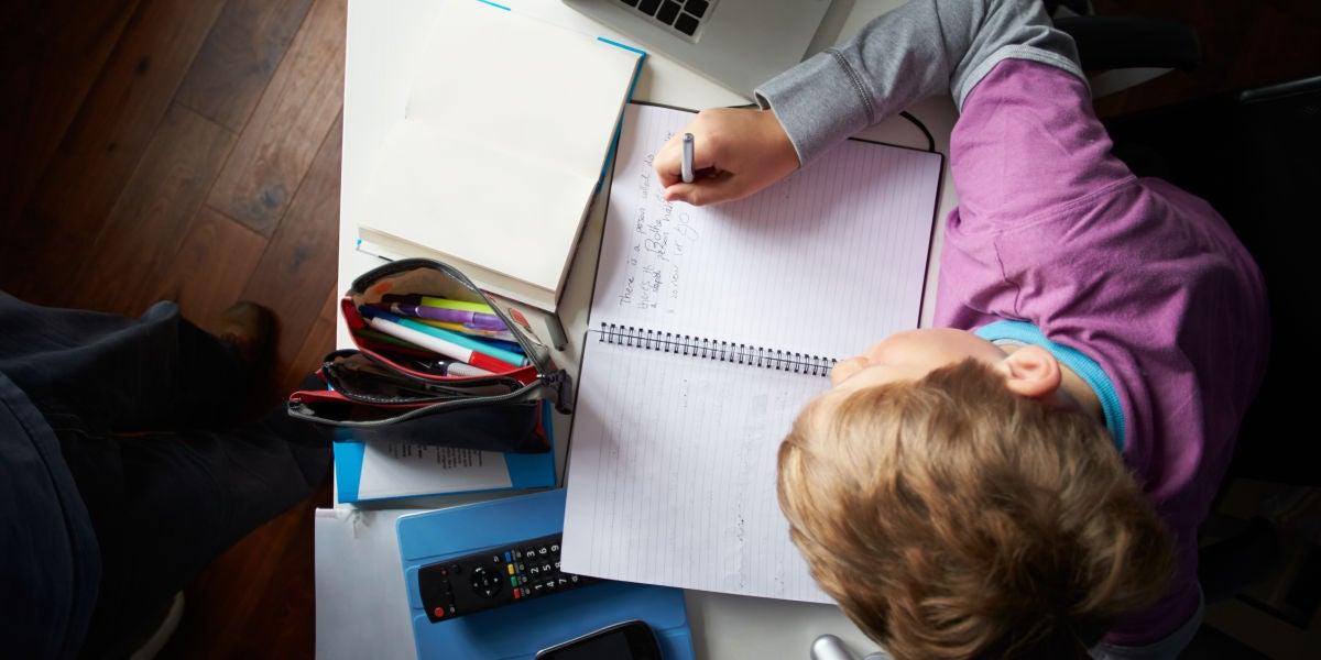 Un niño haciendo los deberes