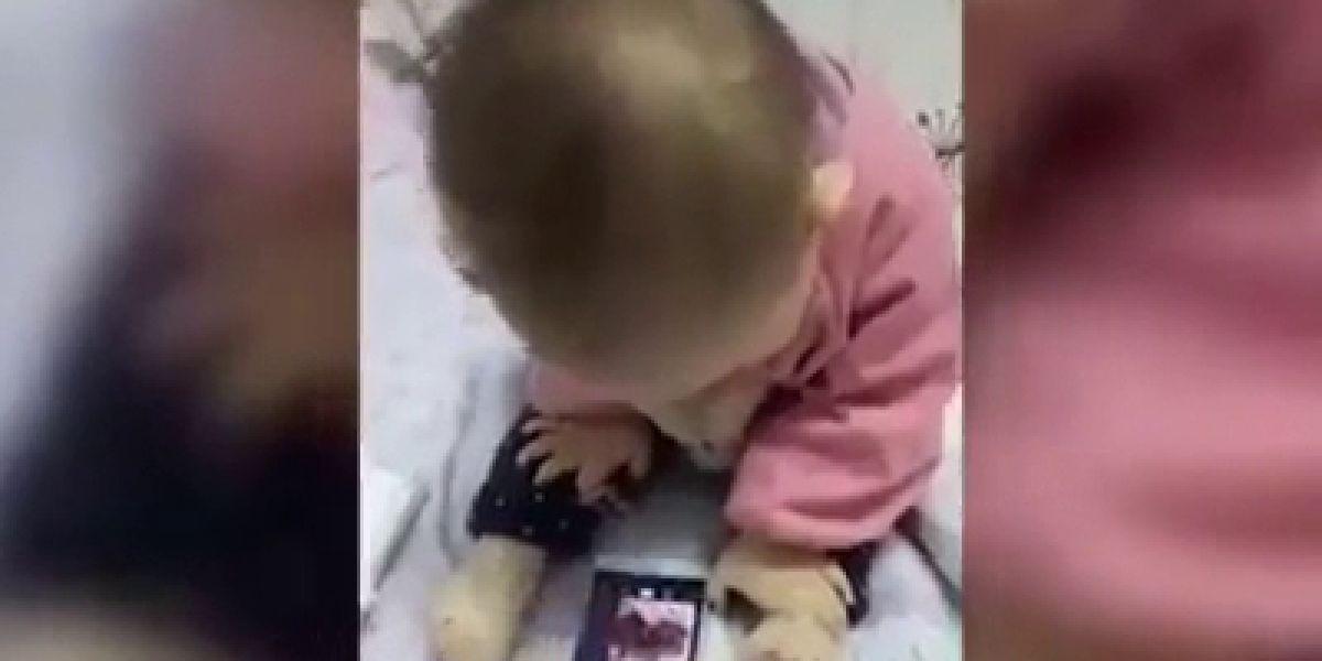 Asombrosa la destreza de este bebé para usar el móvil