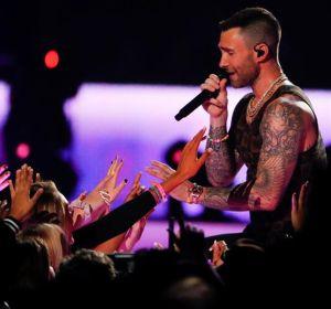 Adam Levine en la actuación de Maroon 5 en la final de la Super Bowl