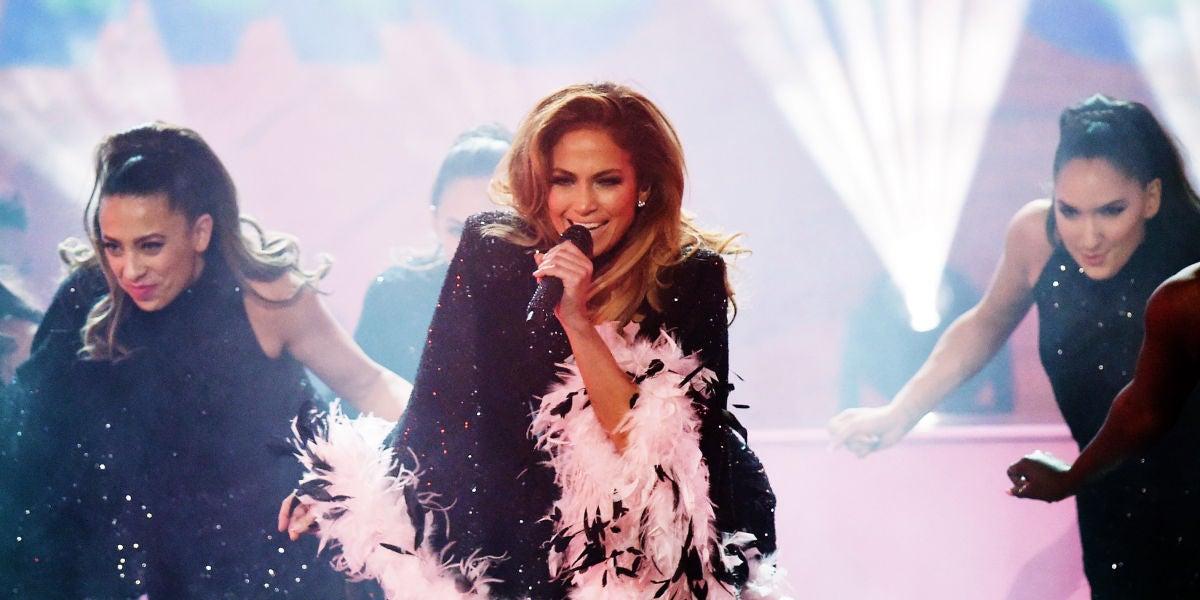 Jennifer Lopez durante su homenaje a Motown en los Grammy