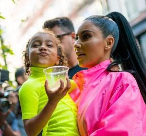 Kim Kardashian con su hija North West en brazos