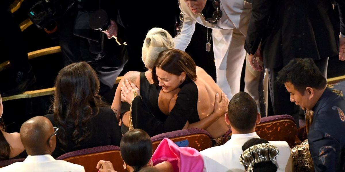 Irina Shayk abraza a Lady Gaga en los Oscar