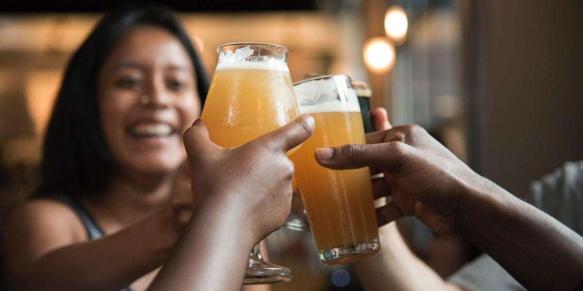 Un grupo de personas brindando con cerveza