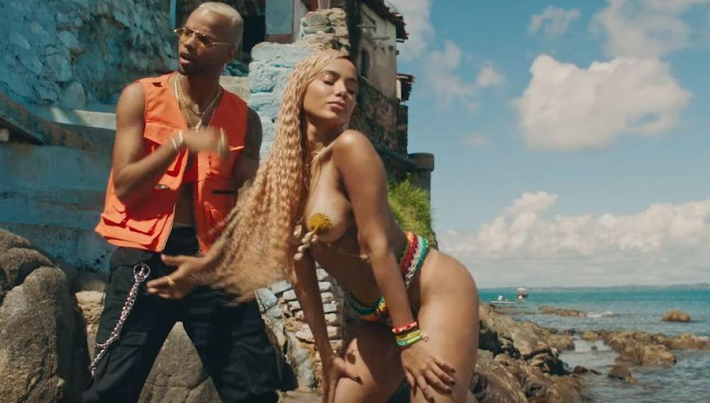 J Balvin, Anitta y Tropkillaz lanzan el sensual vídeo de 'Bola Rebola'