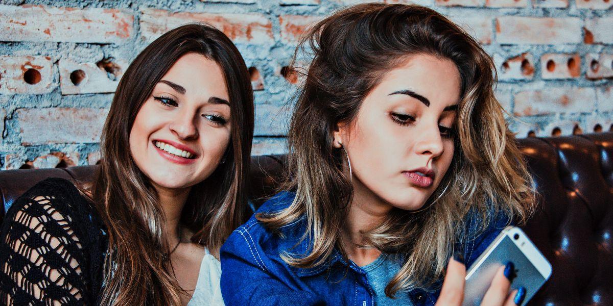 Dos chicas haciéndose un selfie