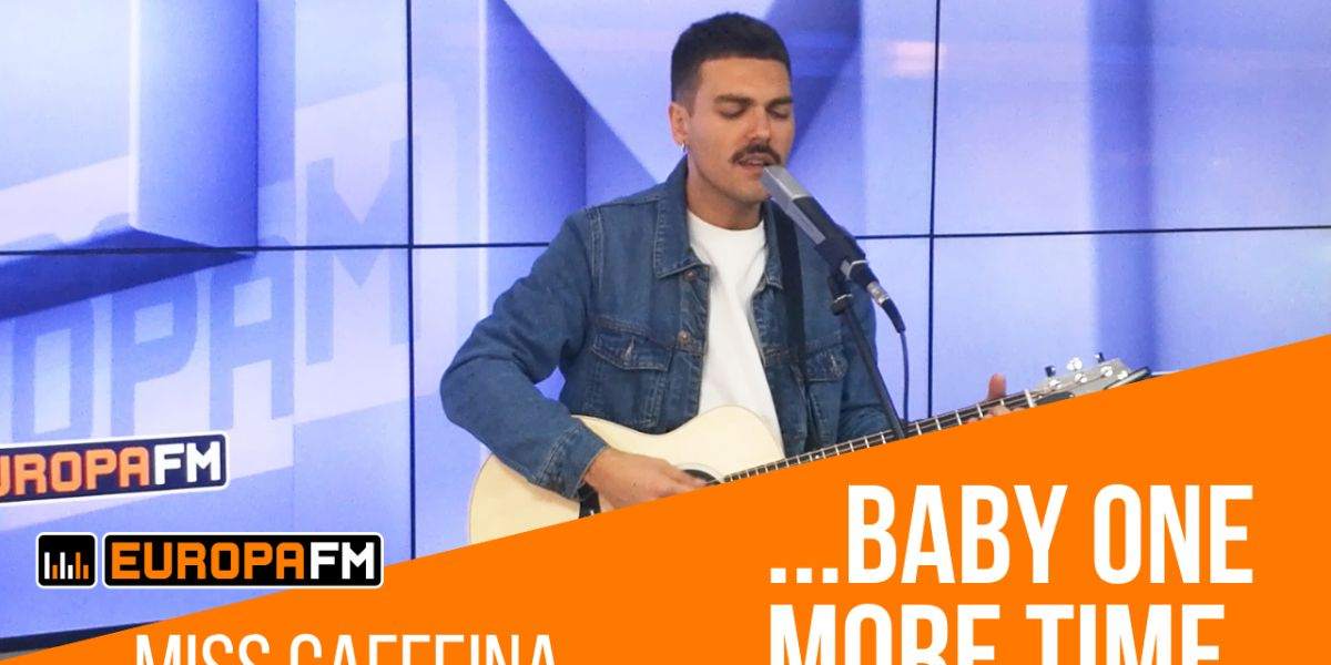 Alberto de Miss Caffeina versionando '...Baby One More Time' de Britney Spears