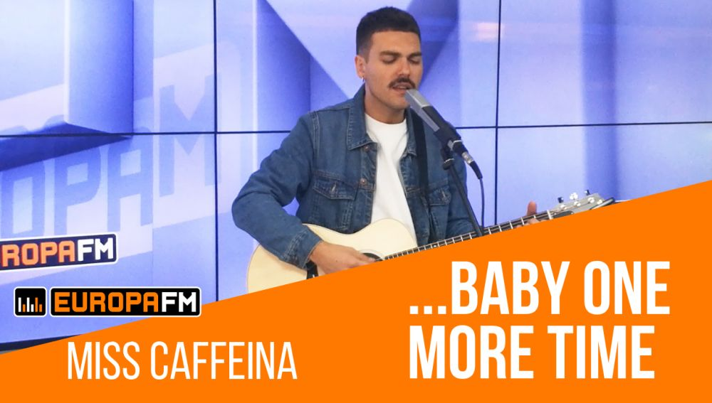 Alberto de Miss Caffeina versionando '...Baby One More Time' de Britney Spears
