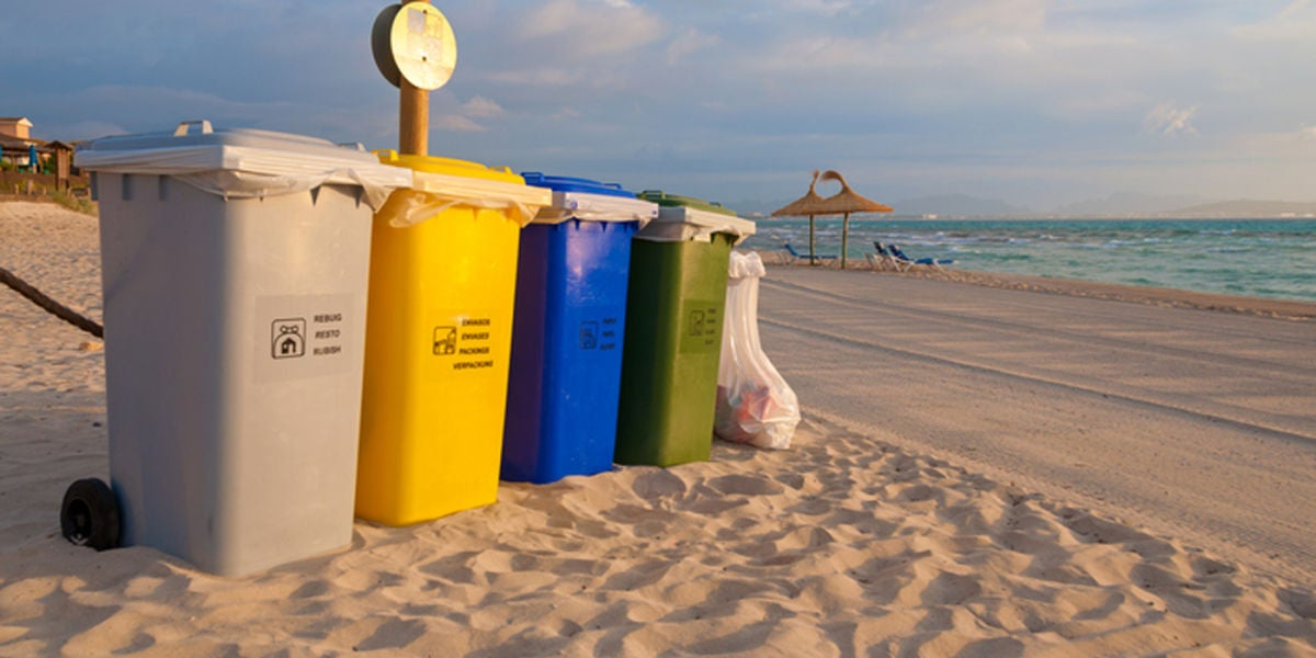 Diferentes contenedores de reciclaje en un playa de Mallorca