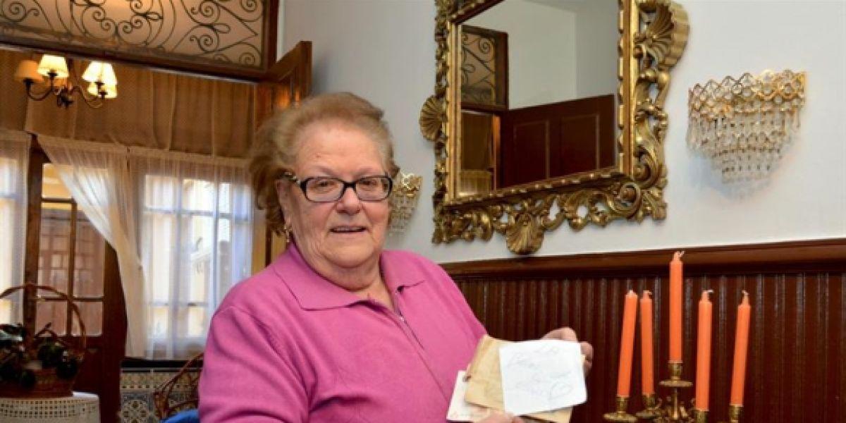Luisa, vecina de Villarramiel, con el sobre y la nota