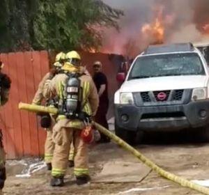 El dueño de un pitbull entra desesperado en su casa en llamas para salvar a su mascota