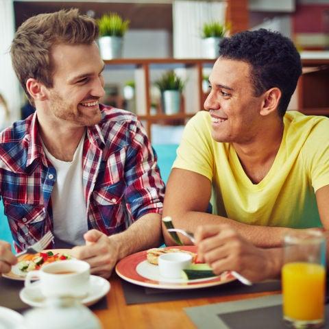 Una pareja de chicos comiendo en un restaurante