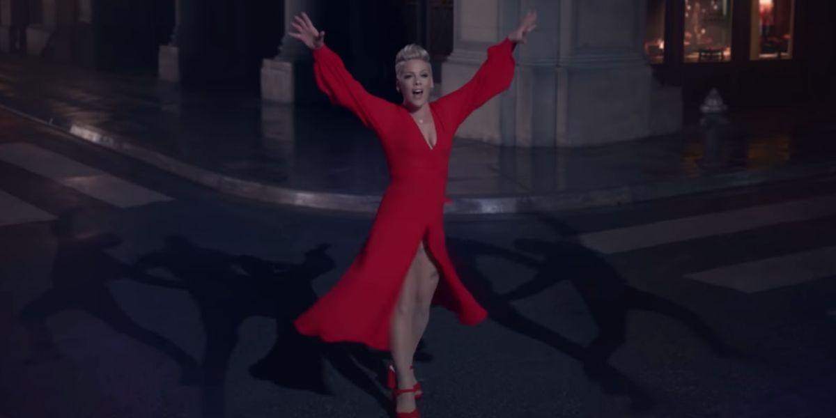 Pink en el videoclip de 'Walk Me Home'