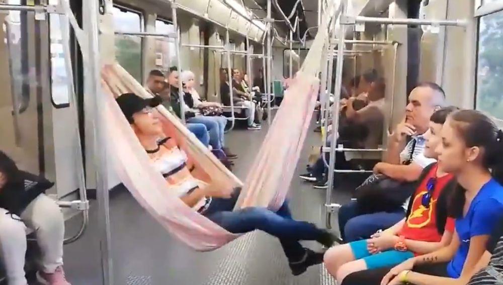 Un hombre viaja en hamaca en el metro de Medellín (Colombia)