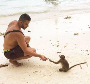 Imagen de Matthew Lepre con un mono