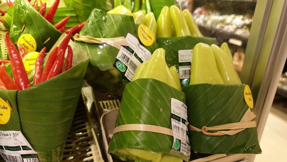 Verduras envueltas en hojas de plátano