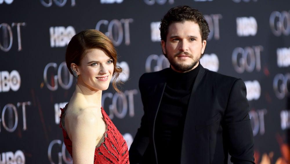 Kit Harington (Jon Snow), y Rose Leslie (Ygritte), en la premiere final de 'Juego de Tronos'