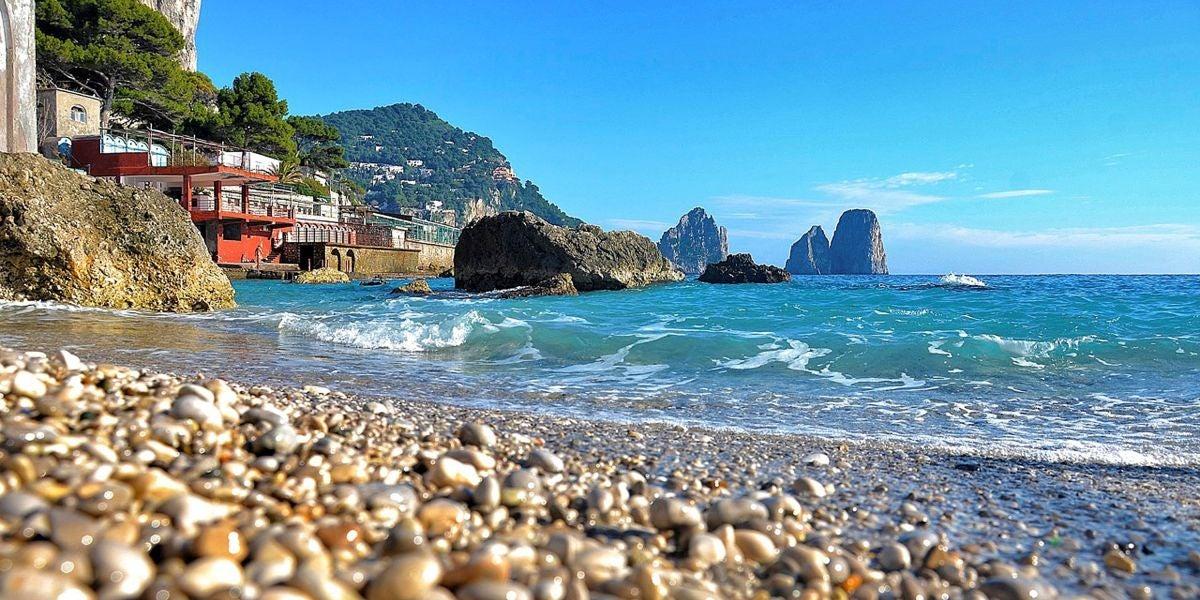 Vista de una playa en la isla de Capri, al sur de Nápoles.