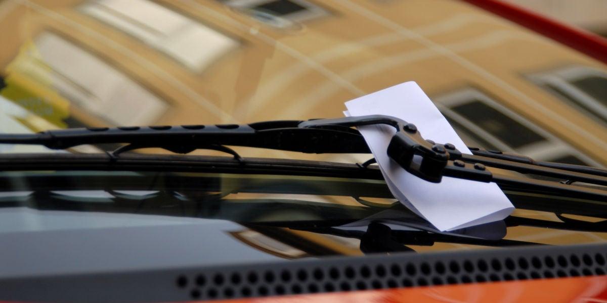 Una nota en el limpiaparabrisas de un coche
