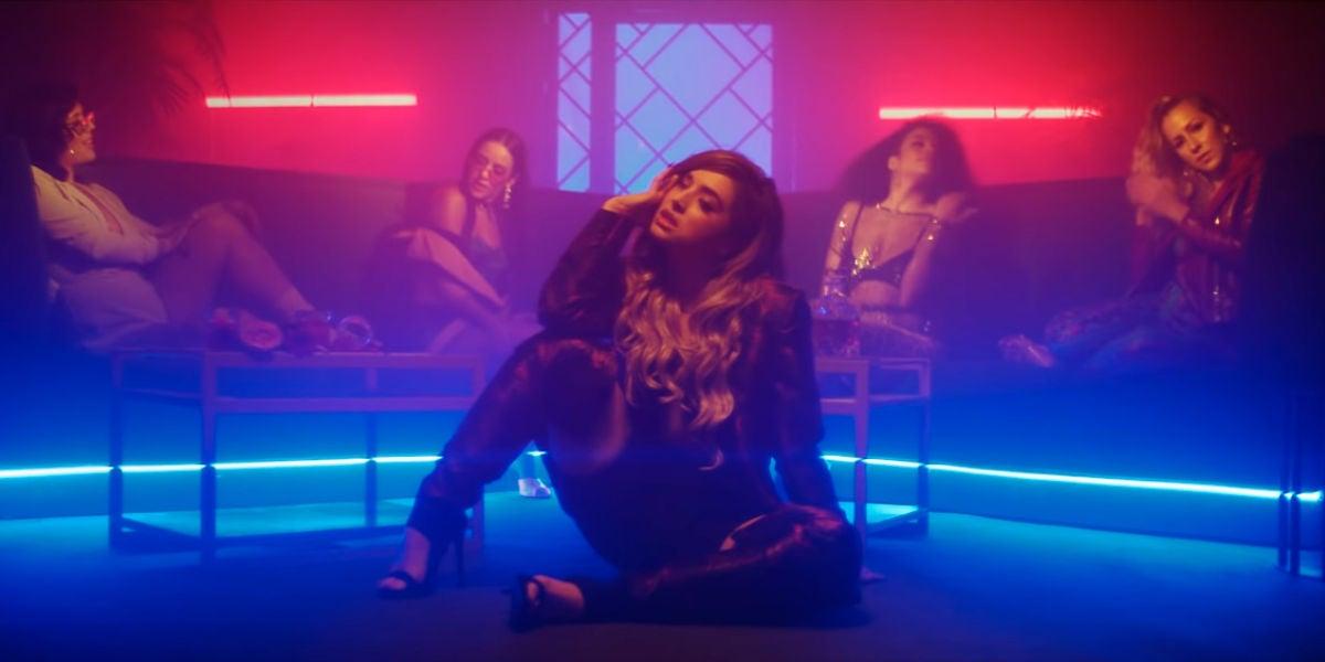 Lola Índigo en el vídeo de 'El Humo'