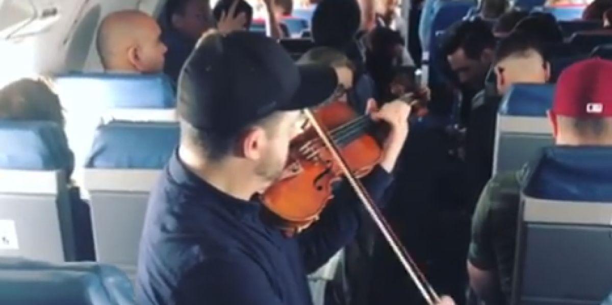 El músico tocando en pleno vuelo