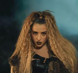 Lola Indigo en el videoclip de 'Maldición'