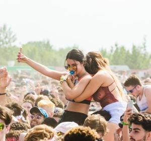 Gente joven disfrutando en un festival