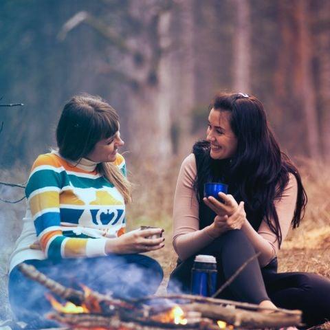Dos chicas sentadas en el bosque