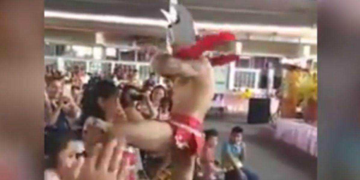 El stripper bailando para las madres del colegio
