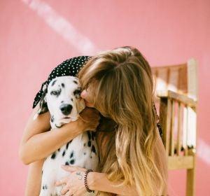Una chica abrazando a un perro