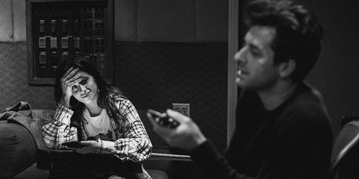 Camila Cabello y Mark Ronson en el estudio de grabación