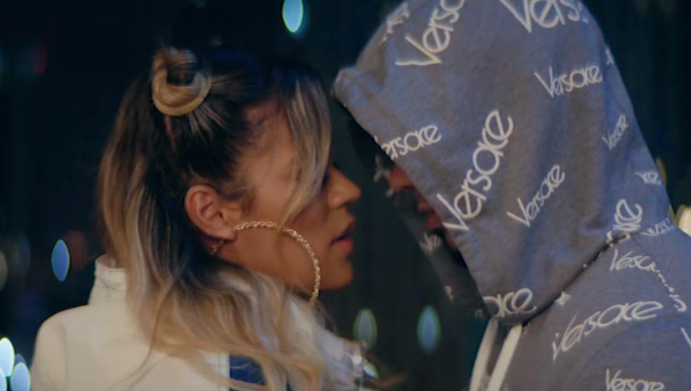 Karol G y Anuel AA en el videoclip de 'Dices Que te Vas'