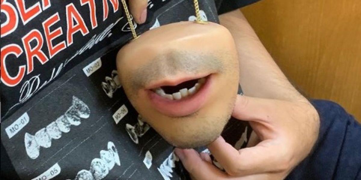 Un monedero hiperrealista con forma de boca y otros objetos de 'piel humana' muy sobrecogedores