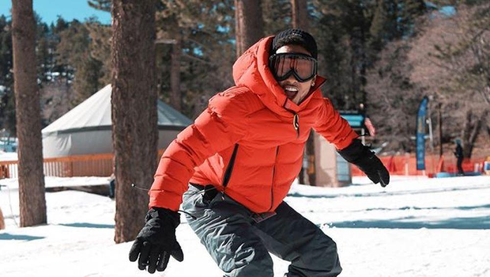 Ozuna haciendo snowboard en 'Te soñé de nuevo'