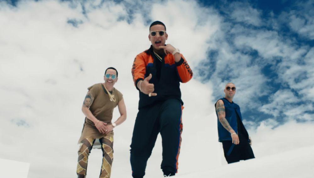 Daddy Yankee y Wisin y Yandel en el videoclip de 'Si Supieras'