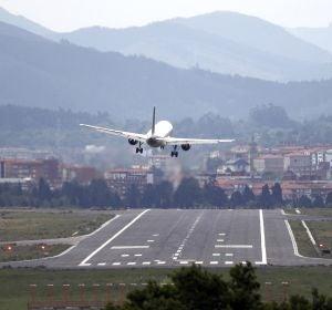 Un avión realiza la maniobra de aproximación en la pista del aeropuerto de Bilbao