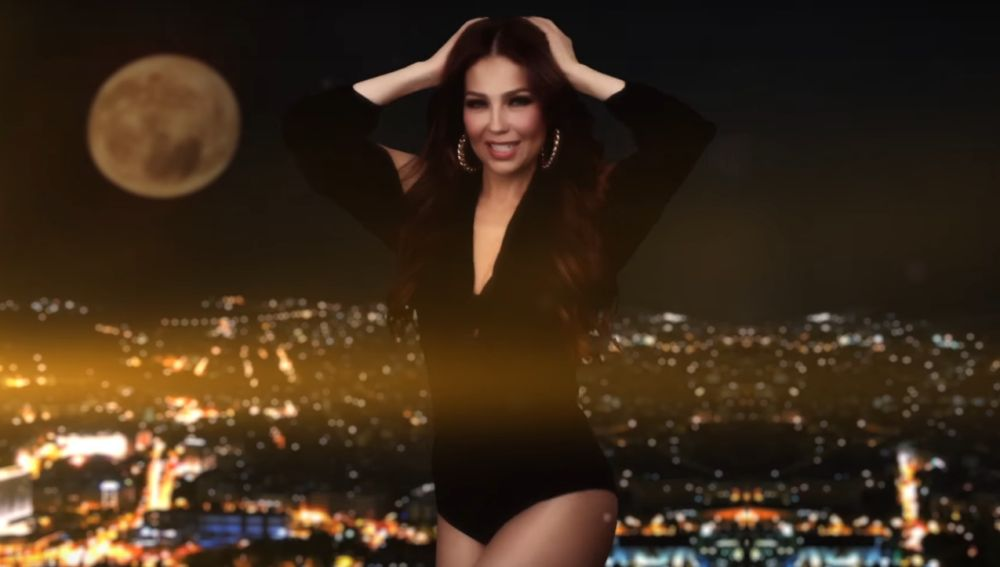 Thalía en el vídeo de 'Ahí'