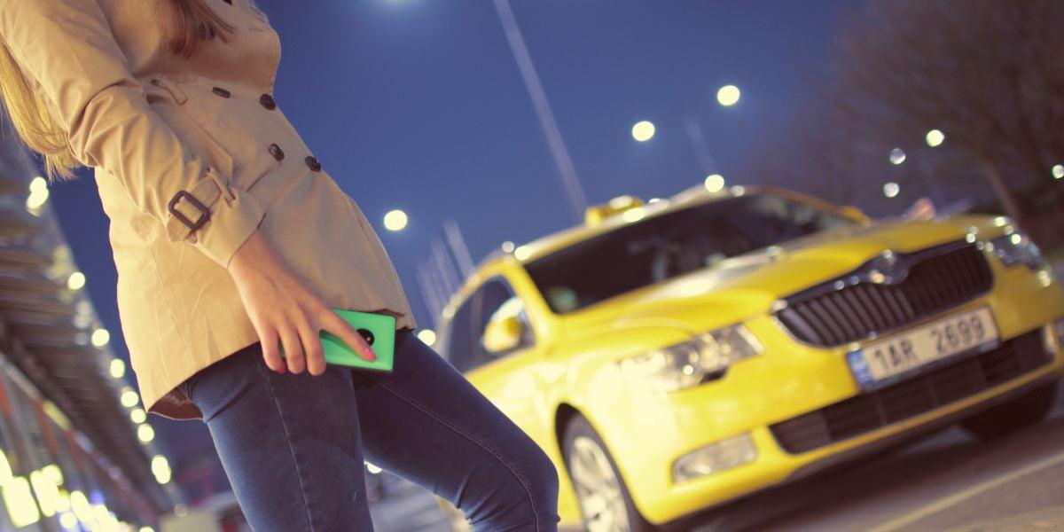 Chica parando un taxi