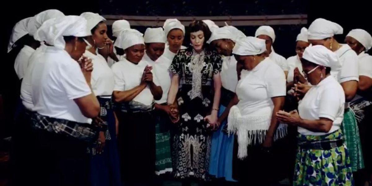 Madonna con las batukadeiras en el videoclip de 'Batuka'