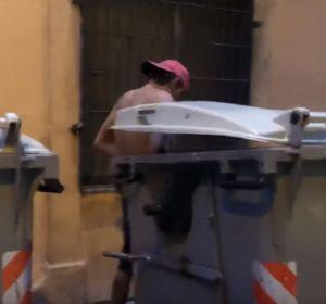 Sexo entre contenedores: un vecino graba la escena y denuncia la degradación del barrio de la Barceloneta