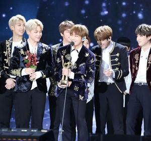 BTS recibiendo un premio Bonsang