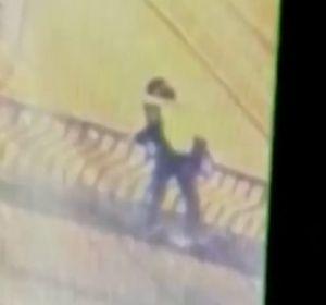 Mueren dos jóvenes tras caer al vacío desde un puente en el que se besaban