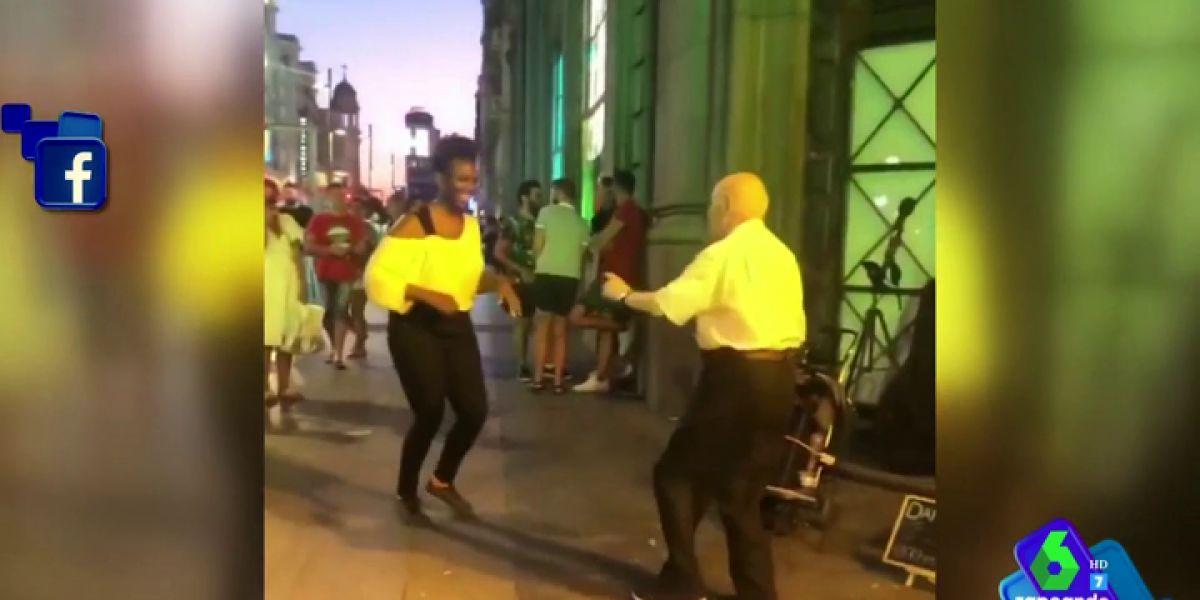 El vídeo de un anciano bailando como un quinceañero en la calle