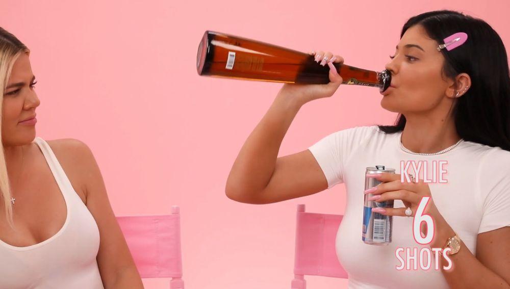 Khloé Kardashian y Kylie Jenner graban un tutorial de maquillaje mientras beben tequila