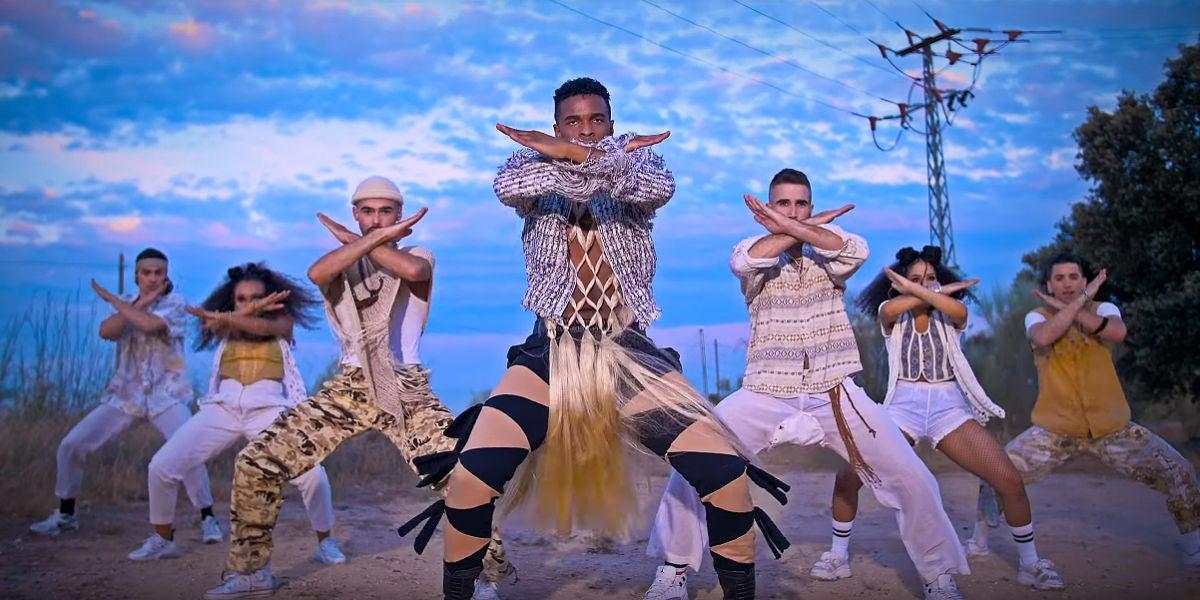 Famous bailando en el videoclip de 'Bulla'